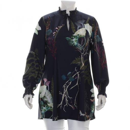 Plus Basics blauwe blouse met botanische print en roezelkraag