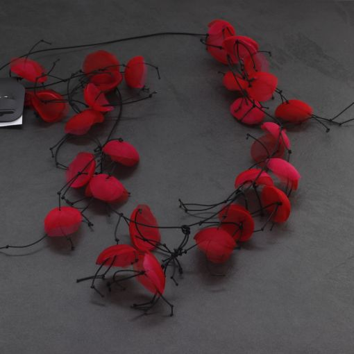 Handgemaakte lange ketting rode tule bloemen