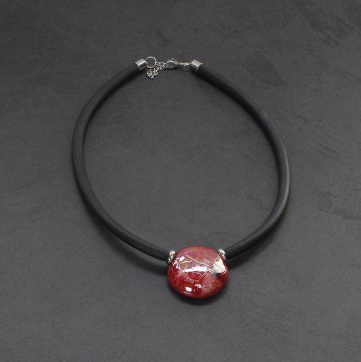 Rubber sieraad met rode steen met stip